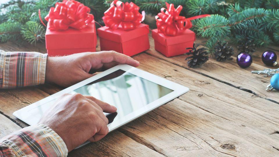 Święta 2016. Coraz częściej kupujemy prezenty przez internet
