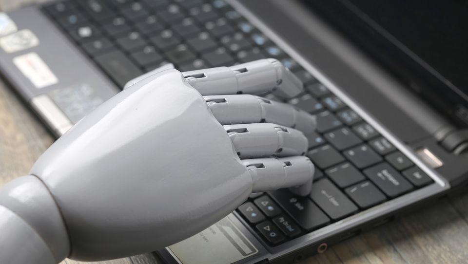 Przejmowanie stanowisk przez maszyny sprawia, że firmy powinny kreatywnie tworzyć nowe miejsca pracy