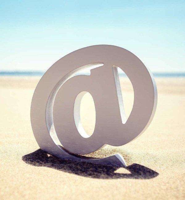 Pisanie maili na wakacjach jak odpoczywać
