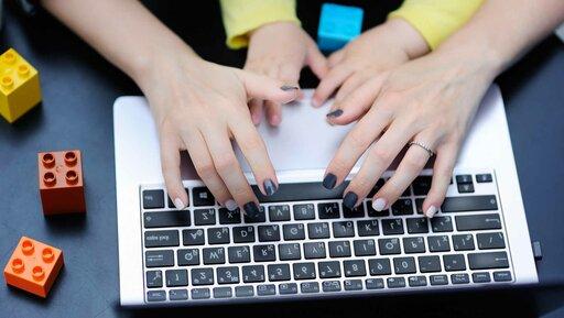 Jak nauczyć dzieci, czym jest praca (bez dodawania sobie obowiązków)? Oto cztery sposoby.